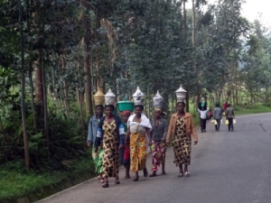 a lot of ladies in Rwanda carry their load on their head, very impressive